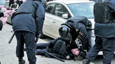 Ресейдегі митинг: полицияны бір соққысымен есінен тандырған «бала»