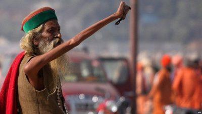 Үндістандық Амар Бхарати 1973-жылдан бері қолын көтерген күйі келеді