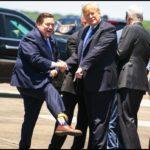 Вице-губернатор Д. Трампты президенттің өзі бейнеленген шұлықпен күтіп алды